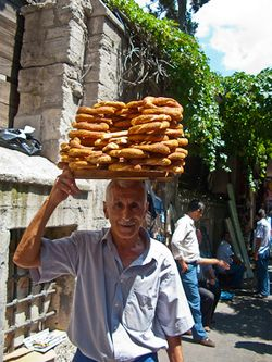 Schrambling_100707_ simit vendor outside spice bazaar istanbulIMG_7224