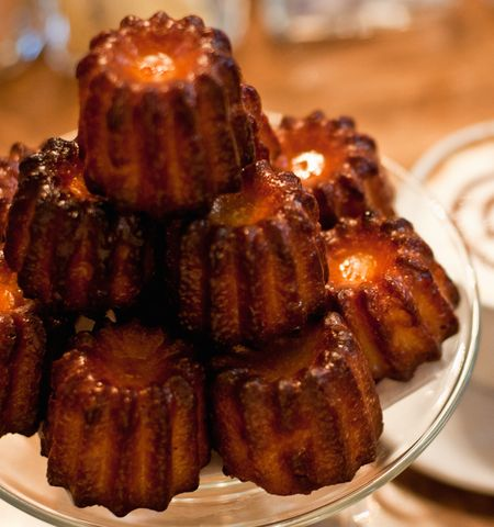 Taille canelés Photo Large and mini caneles + coffee