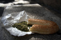 Bagel_with_zaatar_2