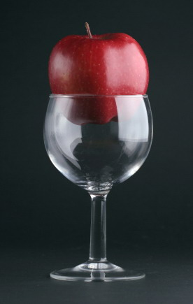 Wine_glass_and_apple