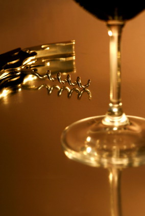 Corkscrew_and_wine_glass