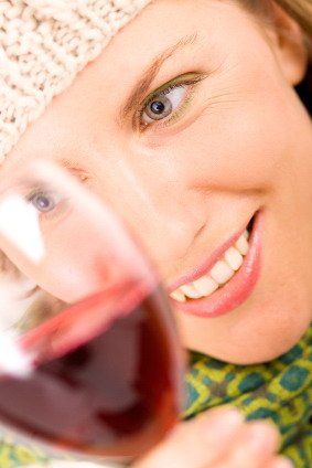 Women_with_wine_glass_close